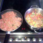 Pfannkuchen-Lasagne: Hackfleisch und Gemüse