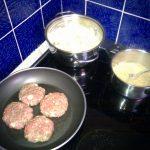 Fleischküchle: Die Fleischküchle, Kartoffelbrei und die gerösteten Semmelbrösel
