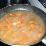Angeröstete Karotten mit Brühe aufgegossen