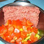 Gewürfelte Paprika und Hackfleisch im Topf