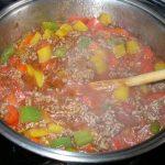 Paprika und Hackfleisch beim Andünsten