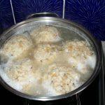 Semmelknödel beim Durchziehen in heißem Salzwasser