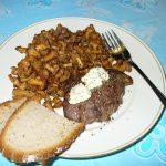 Fertiges Rinderhüftsteak mit Pfifferlingen und Brot