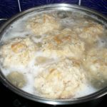 Semmelknödel beim Kochen