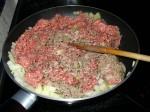 Hackfleisch und gewürfelte Zwiebeln in der Pfanne