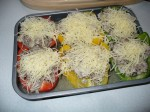 Die gefüllten Paprika vor dem Überbacken