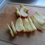 In dünne Spalten geschnittener Apfel