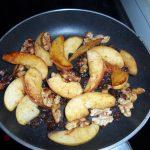 Bratapfel mit karamellisierten Walnusskernen und Rosinen - fast fertig